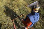 Od prestanka rata desilo se više od 1.670 eksplozija zaostalih mina. Poginule su 603 osobe, a među njima i više od 240 djece. U pokušaju da teren očiste od mina život je izgubilo više od 40 deminera, a više od 30 ih teško ozlijeđeno. Problem mina u BiH je još uvijek veliki jer se pretpostavlja da ima još oko 1.176 kilometara kvadratnih minski sumnjive površine ili 2,3 posto ukupne površine BiH gdje se nalazi više od 120.000 mina i neeksplodiranih ubojitih sredstava. (Samir Yordamoviç - Anadolu Ajansı)