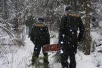 TSH378533_Policiste_odnaseji_nalezenou_munici