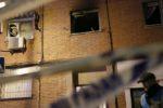 GRA348. SAN SEBASTIAN DE LOS REYES (C.A MADRID), 05/02/2017.- Un policía ante el bloque de viviendas de cuatro alturas ubicado en el número 33 de la Travesía del Socorro, en San Sebastián de los Reyes, donde hoy se ha originado una explosión que ha obligado a desalojar todo el inmueble. El suceso ha tenido lugar en torno a las 17.50 horas en el primer piso de un bloque. EFE/MARISCAL