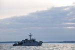 Le Chasseur de Mines Tripartite (CMT) Aigle lors d'une manouvre de remorquage. Rade de Brest, le 24 mars 2016.  Le Bâtiment Multi-Missions (B2M) d'Entrecasteaux, réalise sa première mise en condition opérationnelle du 21 au 25 mars 2016 à Brest, avec à son bord le premier équipage (le B2M est armé de deux équipages composés chacun de 23 marins). Le bâtiment ralliera ensuite Nouméa son port d'attache où il a pour vocation d'assurer des missions de souveraineté outre-mer (protection ZEE, projection, soutien logistique, sauvegarde et assistance).