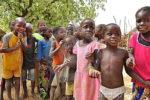 groupe-d-enfants-africains-dans-le-village-18578226