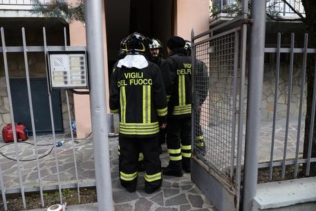 Vigili del fuoco davanti all'abitazione di via Canonici a Bologna dove un uomo, Fiorenzo Romagnoli, commerciante di 59 anni, è rimasto ucciso dopo un esplosione mentre maneggiava residuati bellici, Bologna, 16 Febbraio 2018. ANSA / GIORGIO BENVENUTI