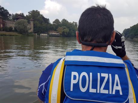 Poliziotti di reparti nautici pattugliano il fiume Po davanti al parco del Valentino per il Salone del Gusto a Torino, 24 settembre 2016. ANSA/ UFFICIO STAMPA QUESTURA DI TORINO +++ ANSA PROVIDES ACCESS TO THIS HANDOUT PHOTO TO BE USED SOLELY TO ILLUSTRATE NEWS REPORTING OR COMMENTARY ON THE FACTS OR EVENTS DEPICTED IN THIS IMAGE; NO ARCHIVING; NO LICENSING +++