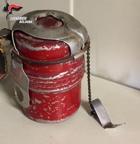 Trova bomba a mano e la porta in auto ai Carabinieri - la foto dell'ordigno trovato a San Matteo della Decima