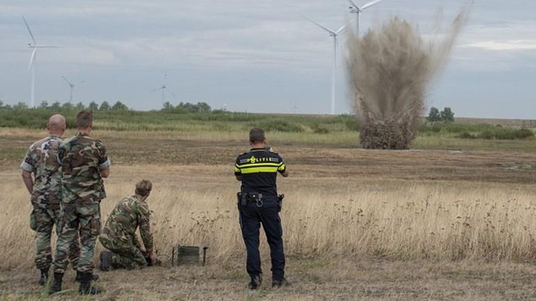 De-EOD-brengt-de-granaat-tot-ontploffing-Foto-De-Vries-Media