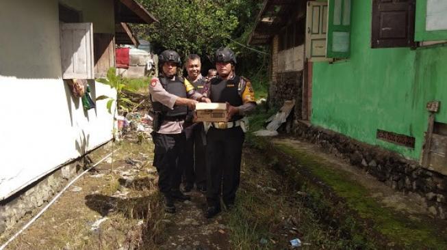 12484-aparat-polisi-saat-mengevakuasi-granat-nanas-di-perkarangan-rumah-warga-istimewaminangkabaunews