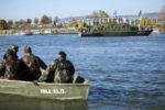 Budapest, 2016. november 9. A Dunaújváros AM-31-es aknamentesítő hajó legénysége előkészül a Dunában talált második világháborús bomba kiemeléséhez a Rákóczi hídnál 2016. november 9-én. A bombát november 8-án találták a Duna medrében. MTI Fotó: Mohai Balázs