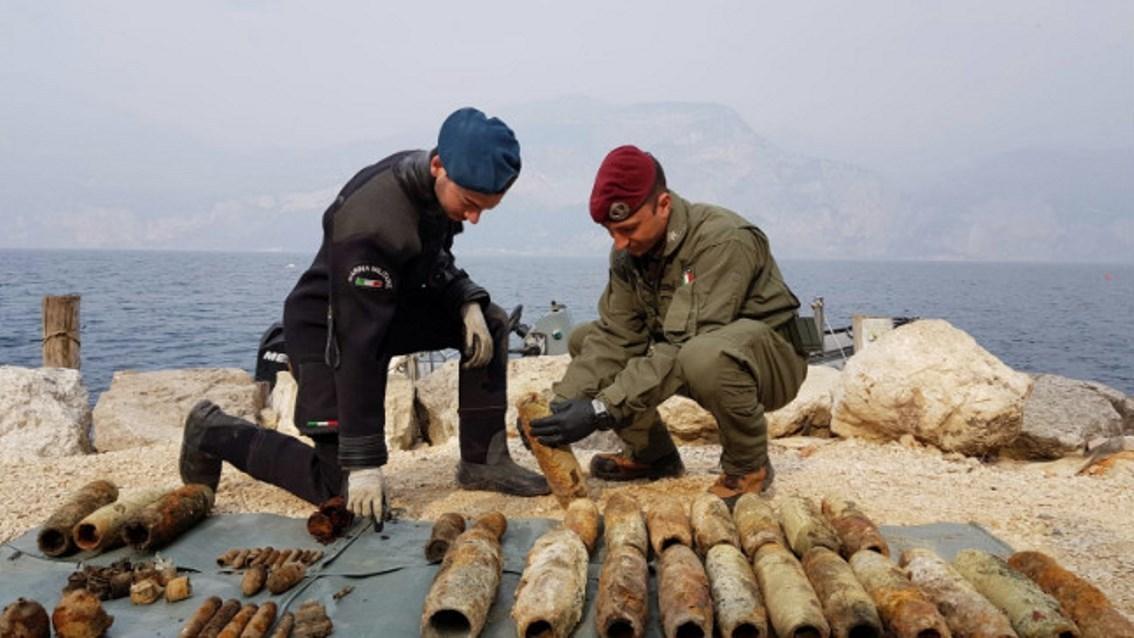 roma-marina-militare-ed-esercito-italiano-rimuovono-130-ordigni-esplosivi-dalle-acque-del-lago-di-garda