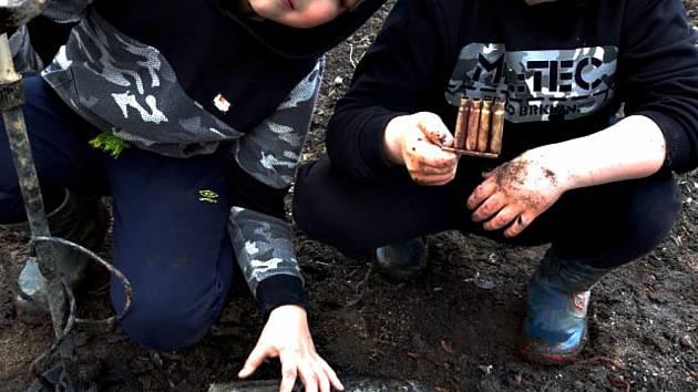 kluci-nasli-delostrelecky-granat-pyrotechnik-ho-odpalil-za-vesnici-01_denik-630-16x9
