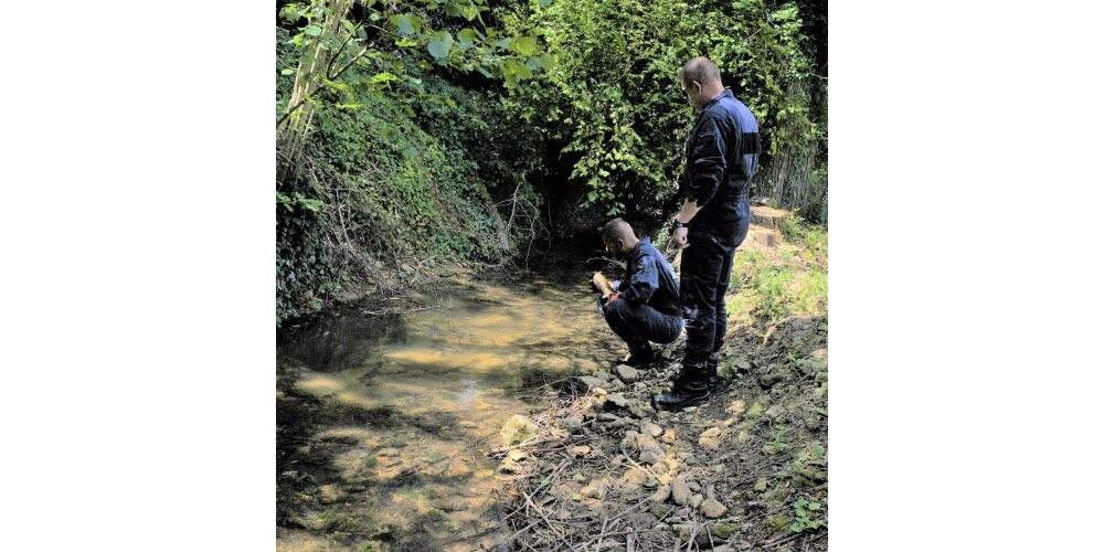 stephane-et-franck-ont-sorti-l-obus-du-ruisseau-photo-er-1594726882