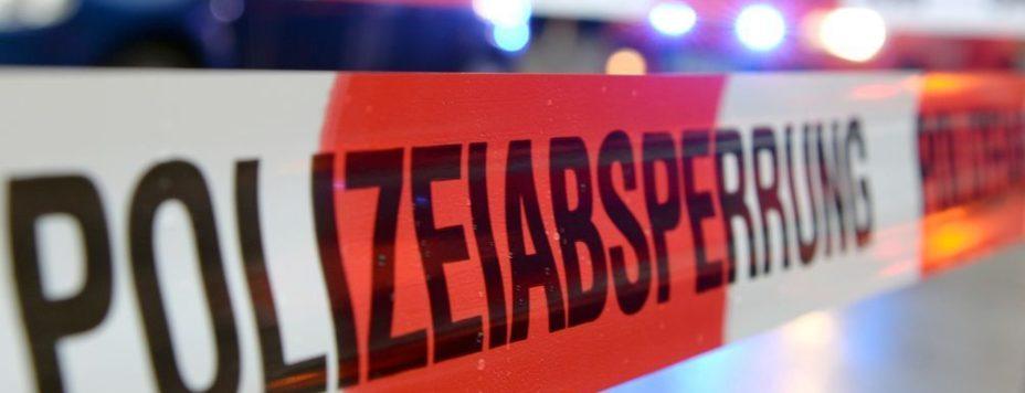 Ein Flatterband mit der Aufschrift «Polizeiabsperrung». Foto: Patrick Seeger/dpa/Symbolbild