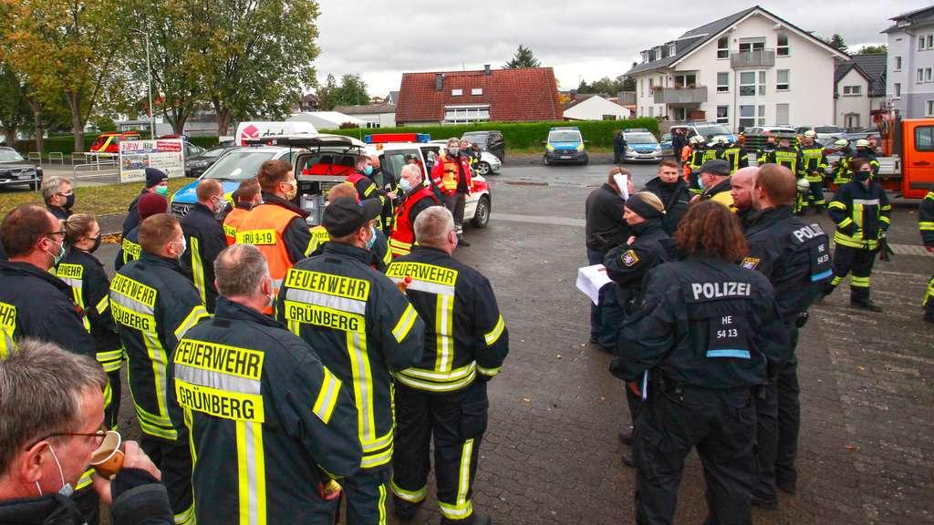 24104399-einsatzkraefte-besprechen-das-vorgehen-bei-bomben-entschaerfung-und-evakuierung-in-gruenberg-2LTFD6pCPta7