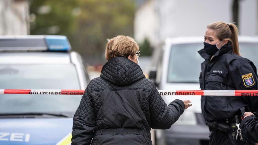 24151335-16-10-2020-hessen-frankfurt-main-eine-anwohnerin-spricht-am-nachmittag-in-der-im-frankfurter-gallus-mit-einer-polizistin-nachdem-die-floersheimer-2uOLkF2DXTa7