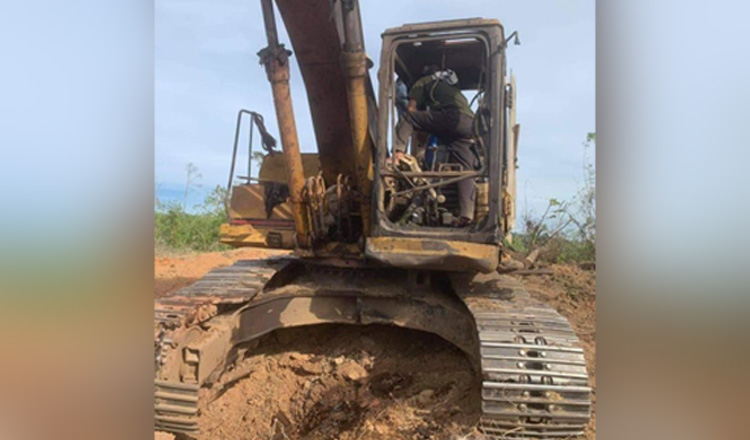 The excavator that was hit by an anti-tank mine in Pursat province. Kbn.news