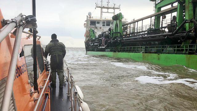 pic-by-thomas-rashbrook-rnli-shows-rn-diver-preparing-to-board-a-dredger