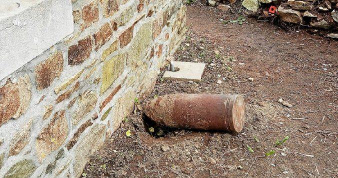 L'engin de 83 cm retrouvé sous les broussailles de la maison a été emporté par les démineurs de Brest ce lundi matin.